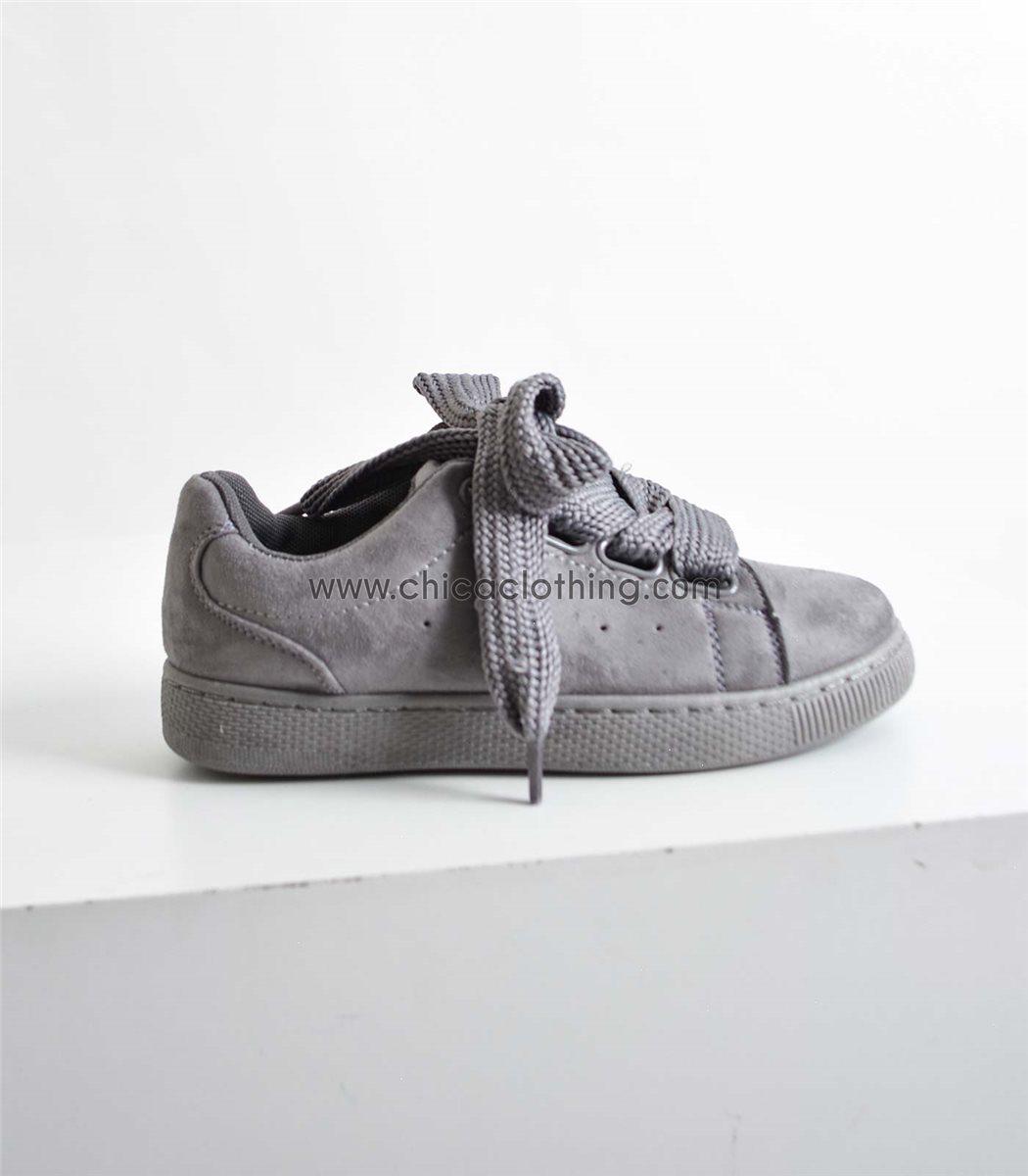 ee3a726d71e Γυναικεία γκρι sneaker σουέτ με δύο διαφορετικά κορδόνια