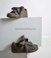 Χακί sneaker σουέτ με δύο διαφορετικά κορδόνια