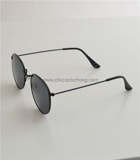 Γυαλιά ηλίου με μαύρο σκελετό και μαύρο φακό
