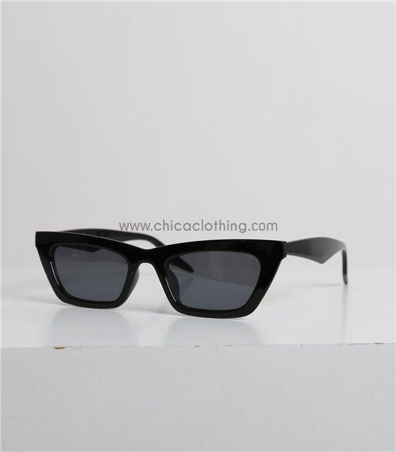 Γυαλιά ηλίου με μυτερό μαύρο σκελετό και μαύρο φακό