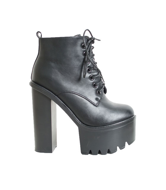 Black boots with high heel and laces