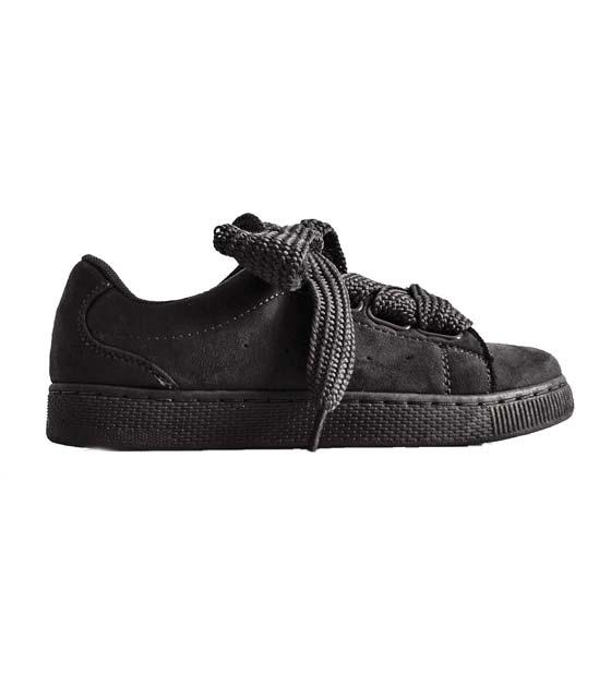 Μαύρο sneaker σουέτ με δύο διαφορετικά κορδόνια