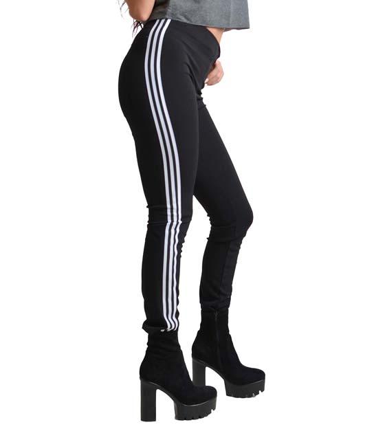 Μαύρο εφαρμοστό παντελόνι με ασπρόμαυρες ρίγες στο πλάι